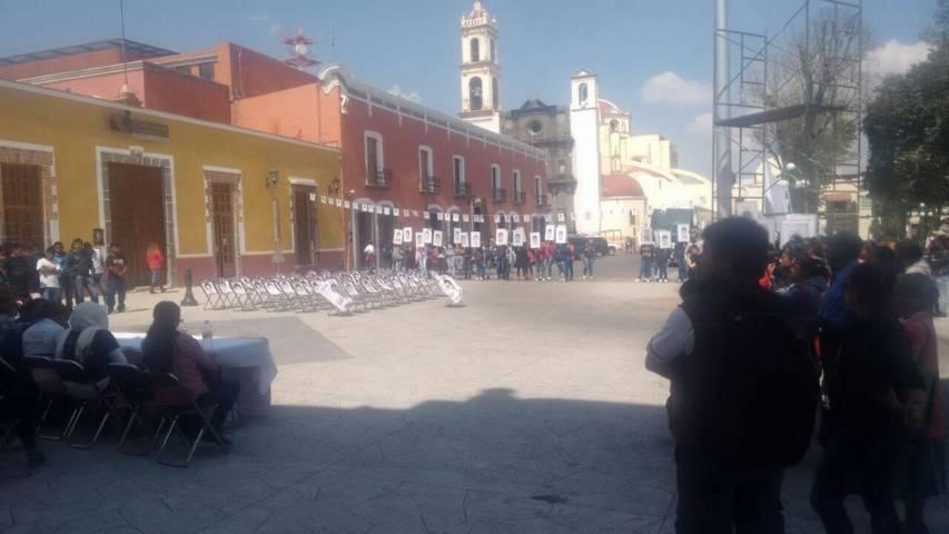 Llegan a Huamantla padres de los 43 estudiantes de Ayotzinapa