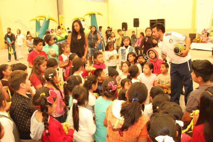 Alcalde llevo festejo y juguetes a pequeños por ser el Día de los Niños