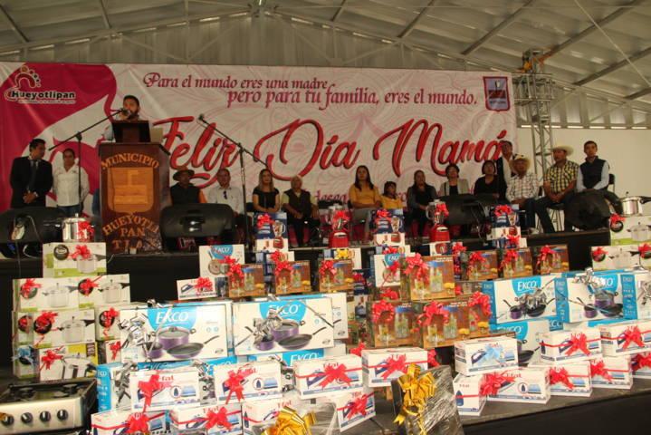 Alcalde reconoce a las mamás en su día con una comida y muchos regalos