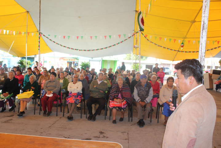 Alcalde apoya la economía de grupos vulnerables con despensas