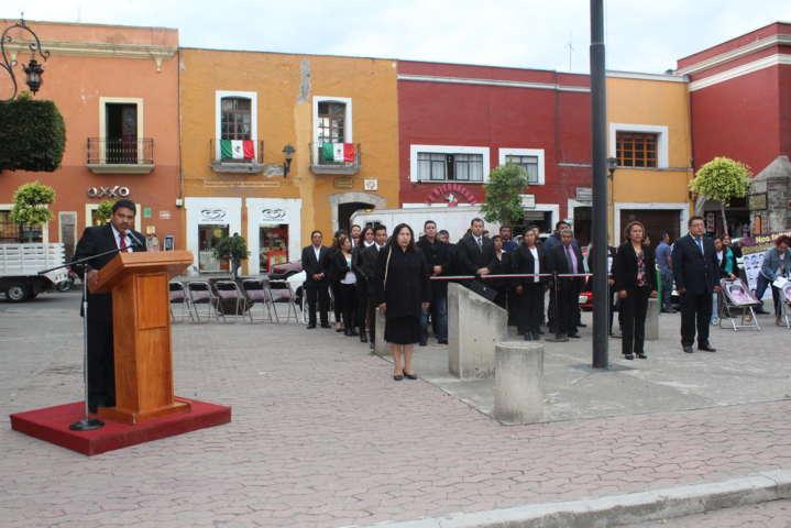 Arrían bandera autoridades de Tocatlan en el zócalo capitalino