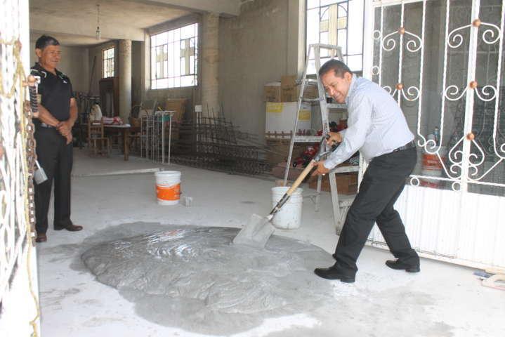 Alcalde entrega apoyo a capilla del barrio de la frontera
