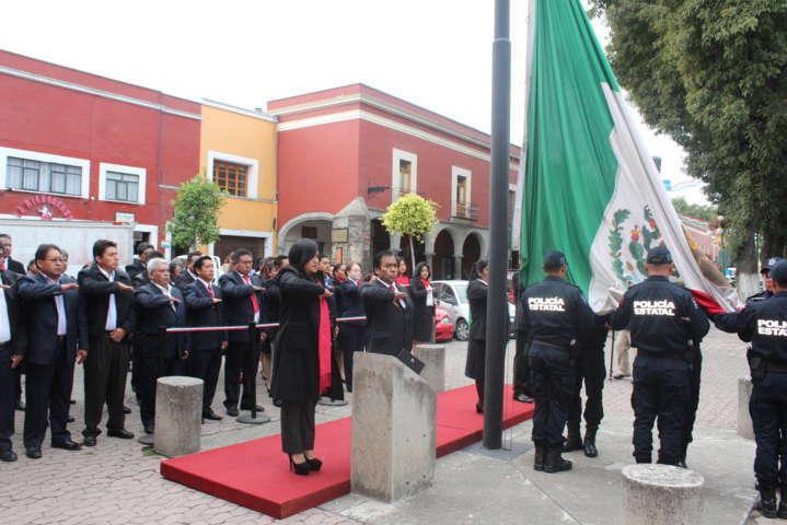 Preside alcalde Izamiento de Bandera alusivo al mes patrio