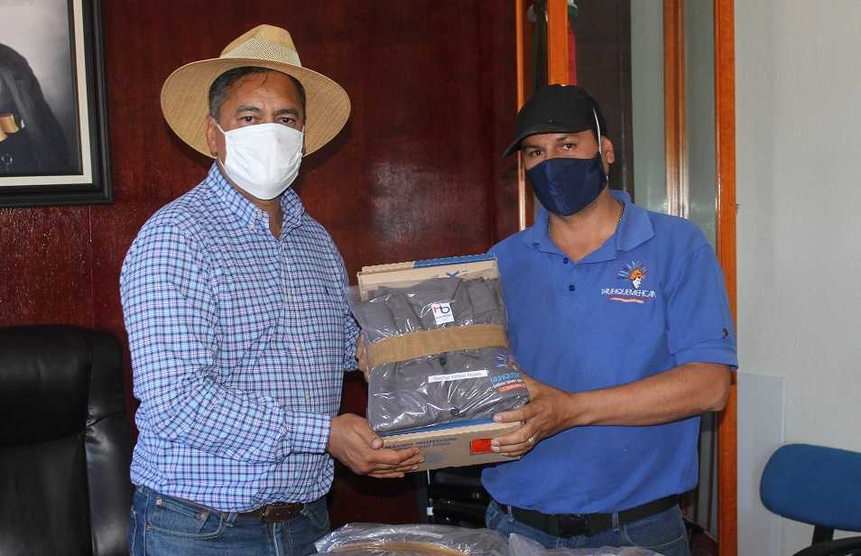 Alcalde entrega uniformes a personal de servicios municipales
