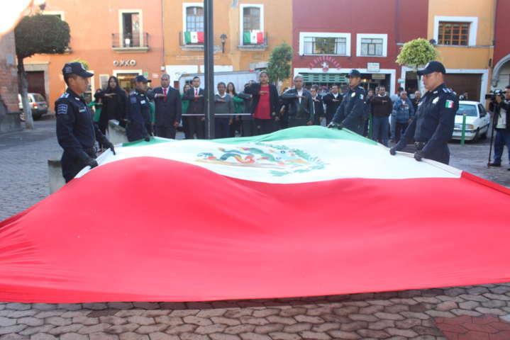 Rojas Meza preside Izamiento del Lábaro Patrio en la capital