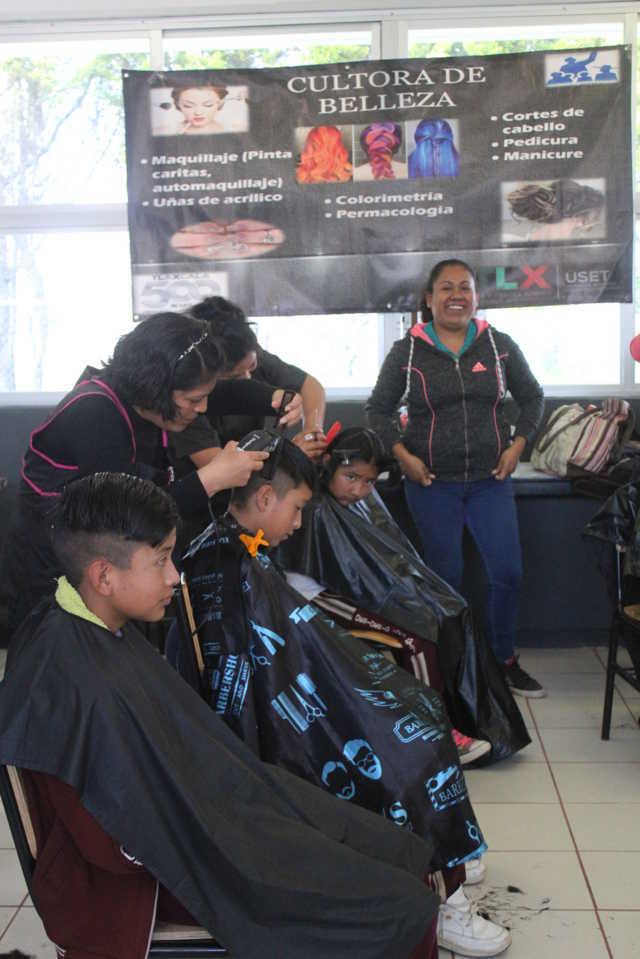 El SMDIF de Santa Cruz Tlaxcala y Misión Cultural 214-Z realizan jornada de corte de cabello