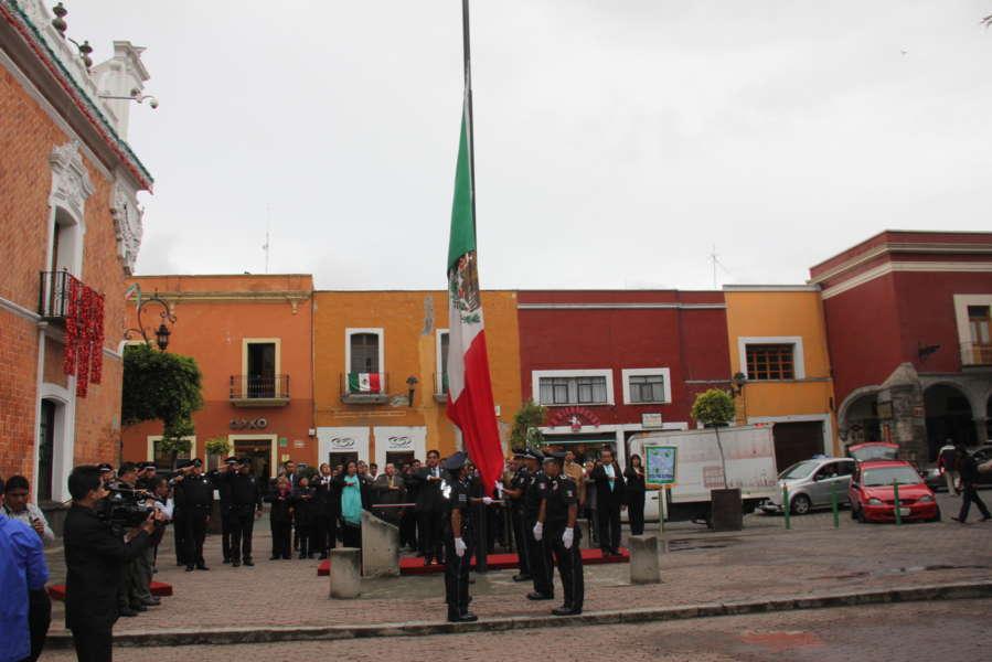 Encabeza VHR arrío de bandera en capital del Estado