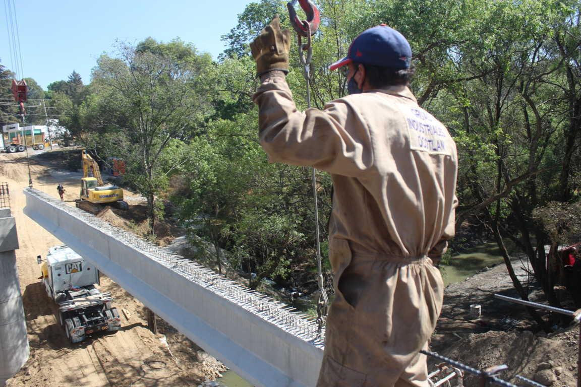 Llegan trabes de concreto para concluir el puente vehicular en Santa Cruz Tlaxcala