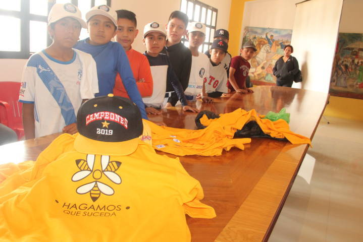 Alcalde reconoce a Jicotes por el campeonato estatal de béisbol infantil