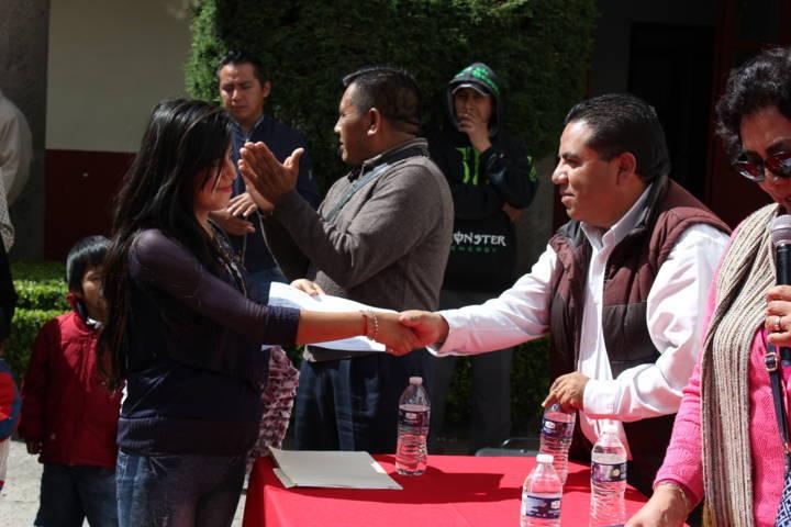 Entregan vales en materia de obra a comunidades de Santa Ana Chiautempan