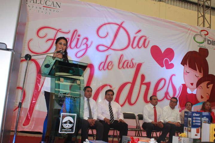 Herrera Vara convivio con Madres nopaluquenses en su día