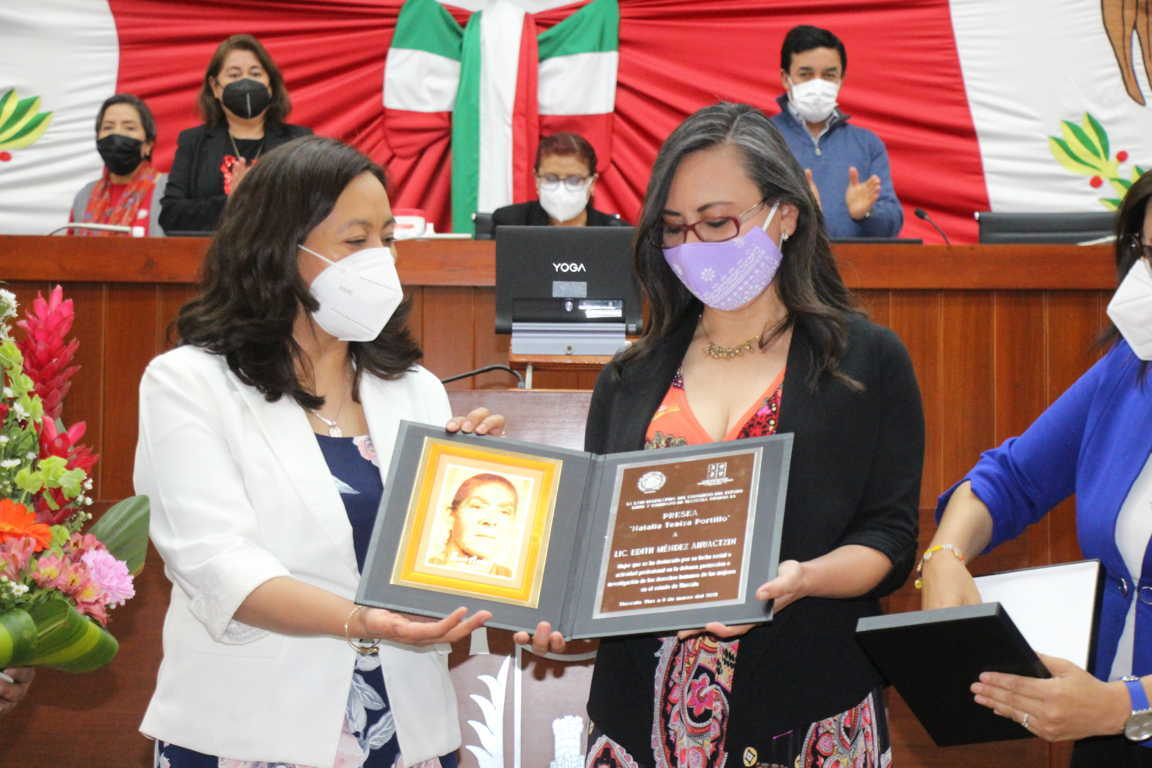 Entrega Congreso del Estado presea Natalia Teniza Portillo a Edith Méndez Ahuactzin