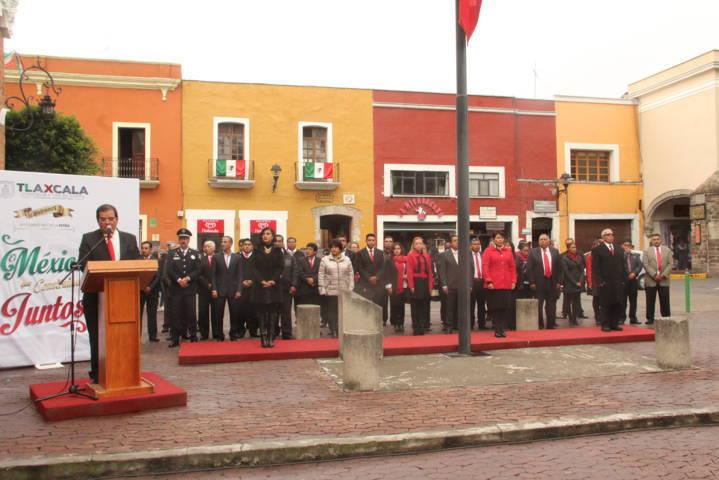 Alcalde encabeza Arrio de la Bandera Nacional en el zócalo capitalino
