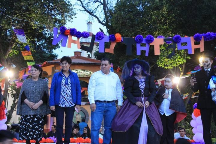 Desfilan Drácula y la Llorona  por las calles de Apetatitlán