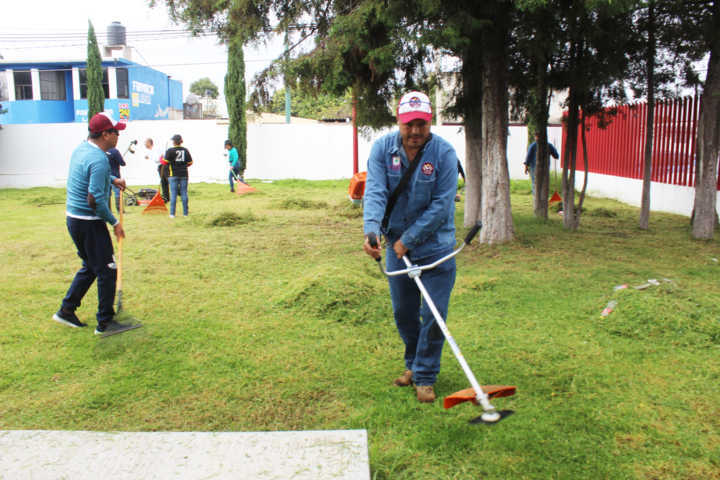 Se realiza faena comunitaria en calles de Santa Cruz Tlaxcala y San Lucas Tlacochcalco