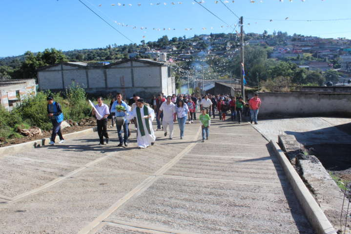 Entrega obra de pavimentación alcalde en la comunidad de Aquiahuac