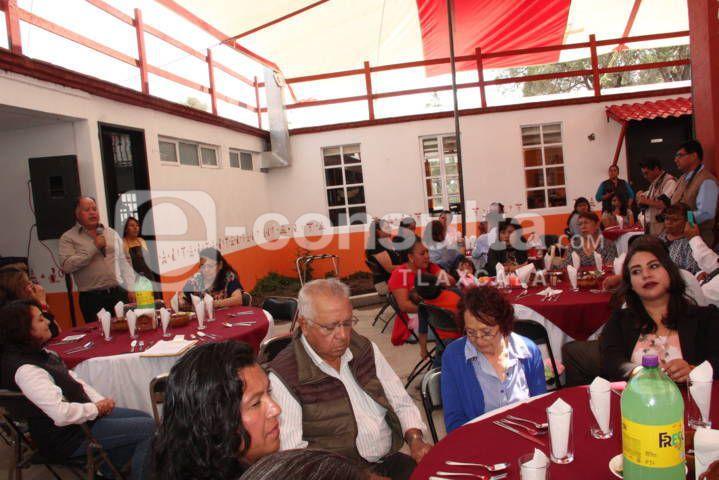 Alcalde de Atlangatepec festejo a los maestros en su día
