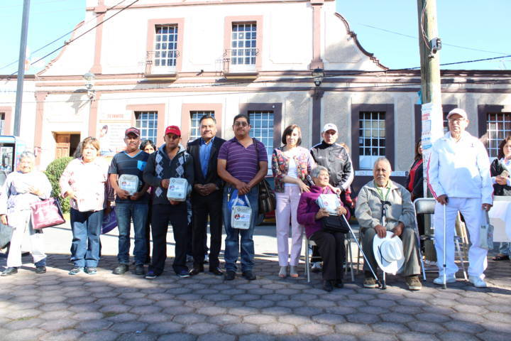 El SMDIF de Tetla de la Solidaridad entrega aparatos auditivos