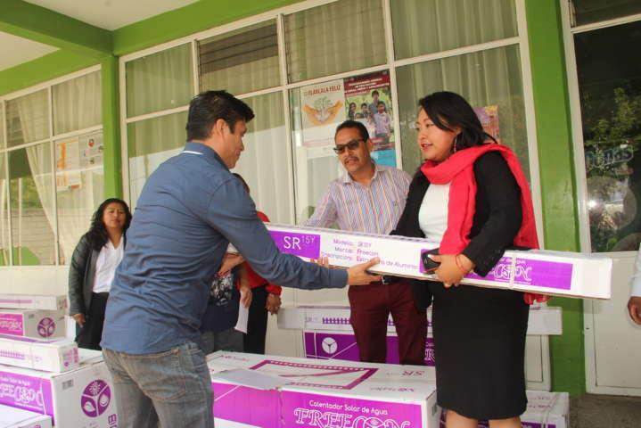 Alcalde coadyuva con la economía familiar entregando calentadores solares