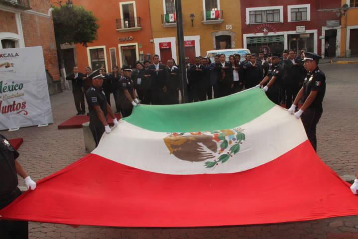 Murias Juárez Iza Bandera en la plaza de la Constitución de la Capital del Estado