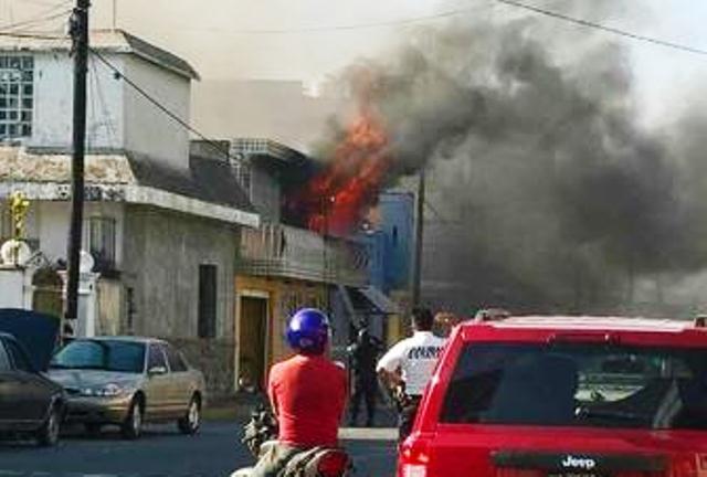 Voraz incendio consume vivienda en Huamantla