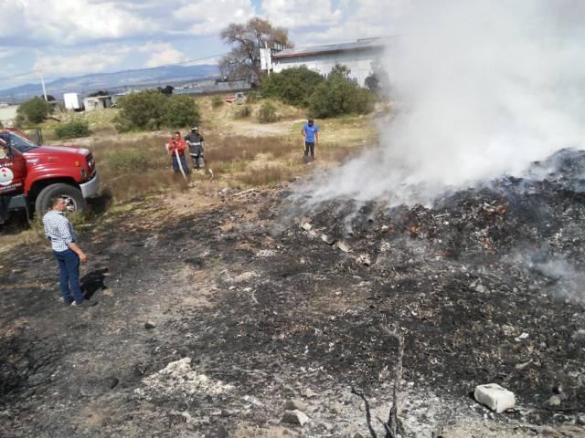Servicios de emergencia de Huamantla sofocan incendio en terreno baldío