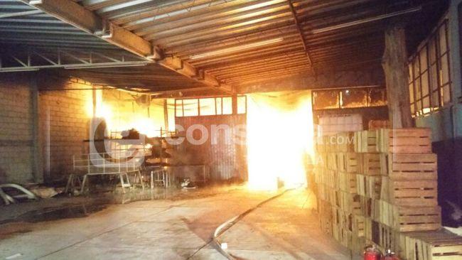 Incendio devora fabrica de lonas