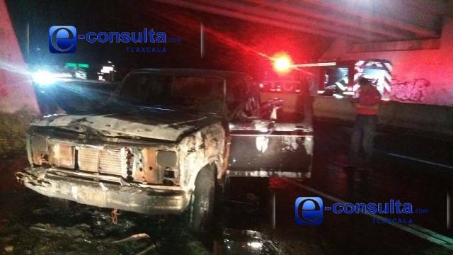 Incendio de camioneta cerca de Galerías Tlaxcala genera alarma