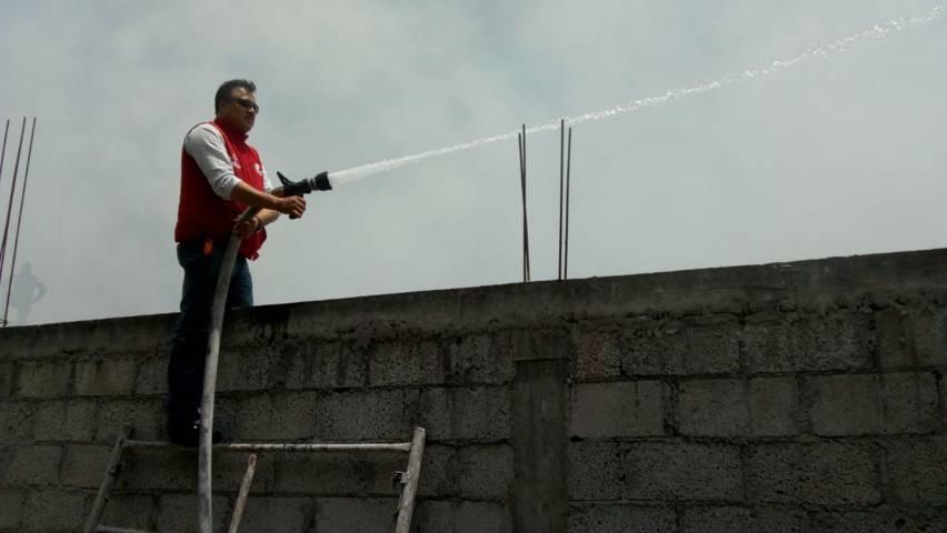 PC y policía municipal controlan incendio que amenazaba con llegar a domicilio