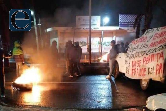 Perredistas inconformes de Mazatecochco bloquean la carretera Vía Corta
