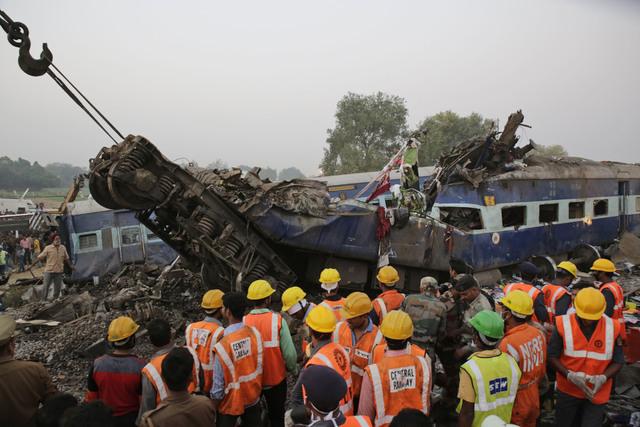 Se descarrila tren en India; mueren más de 100 personas