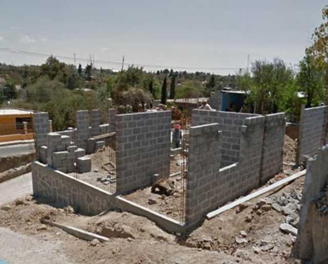 Tesorero de Contla construye residencia a su suegra