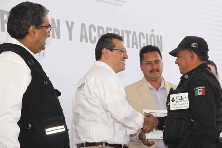 Entregan Gobierno del Estado e INEA certificados de educación a mil adultos