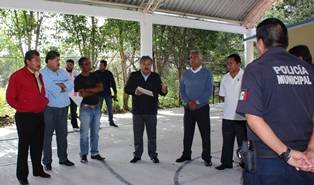 Alcalde de Ixtacuixtla atiende llamado de padres de Tizostoc