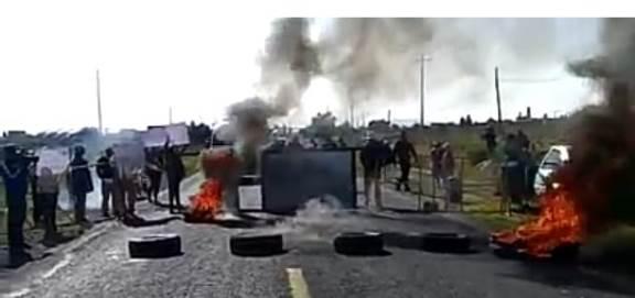 Con cierre carretera, habitantes de Ixtenco exigen destitución de su edil