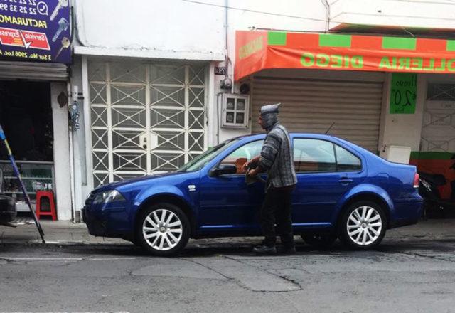 Ladrón aprovecha descuido y se lleva Jetta de autolavado