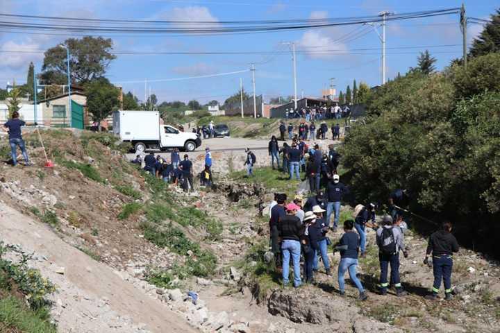 Ayuntamiento y Grupo Antolín realizan faenas de limpieza en calles y barrancas