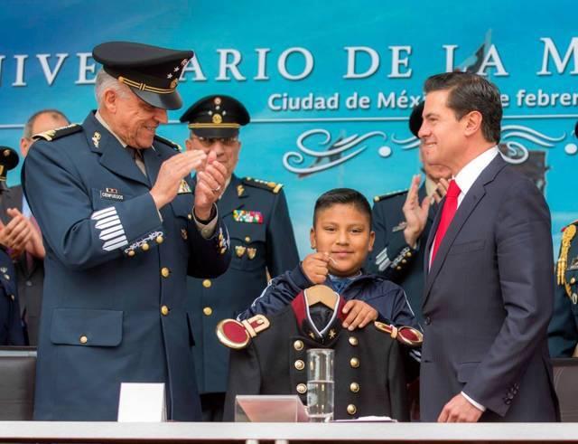Entrega Peña Nieto uniforme militar a alumno tlaxcalteca