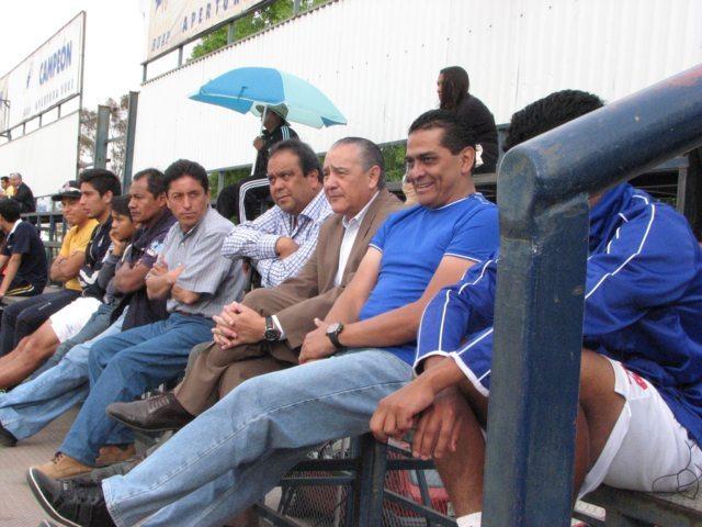Visita José Luis Trejo a Linces de la UMT en partido de tercera división