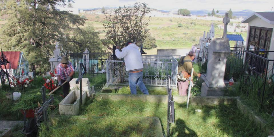 Ayuntamiento alista los panteones limpios en el marco de Día de Muerto