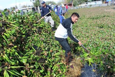 "Alcalde de Huactzinco  encabezó faena de limpieza en la ""Presa"""