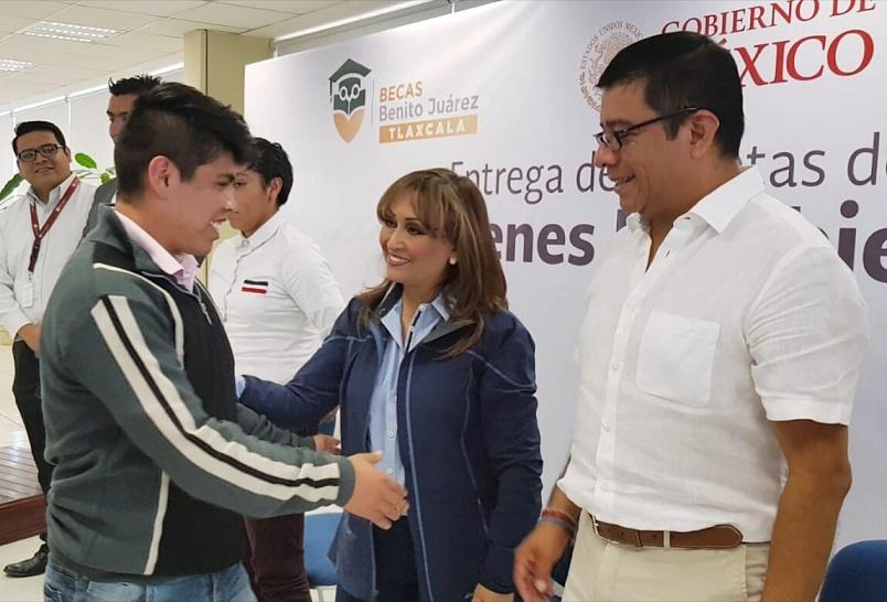 Estudiantes de la UPTx reciben Becas Universitarias
