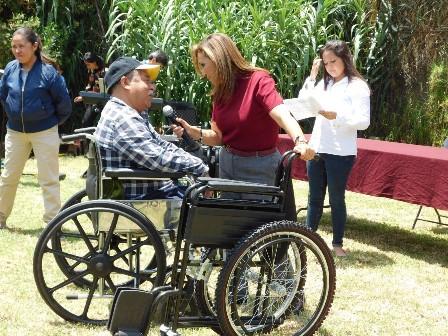 Lorena Cuéllar entrega apoyos sociales en Tlaxcala