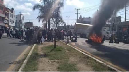 Vecinos de Mazatecochco cierran la carretera y exigen justicia