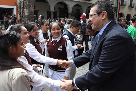 Presidió gobernador Mena desfile por aniversario de la Independencia