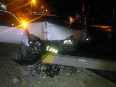 Impactan su camioneta contra un poste de luz en Ocotlán