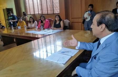 Diálogo y compromiso ofrece el presidente del TSJE a mujeres