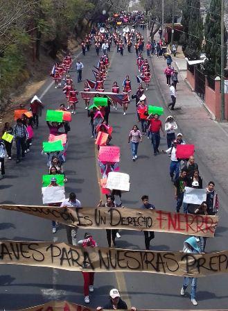 Marchan estudiantes de la FNERRR y normalistas en la capital