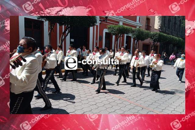 Mariachis marchan para pedir apoyo ante la crisis generada por el Covid