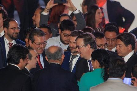 Acude Mena a toma de protesta del gobernador de Puebla